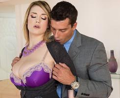 Siri seduce a su jefe con sus ubres hasta follarselo en el despacho
