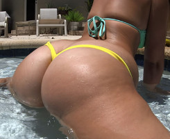 Hace twerking en la piscina antes de follar duro en casa