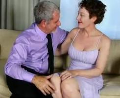 Llega del trabajo cachondo y con ganas de follarse a su mujer
