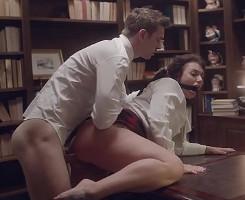 Somete a su secretaria sobre la mesa y le folla el culo