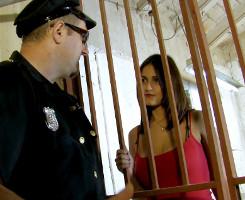 Sale de la cárcel tras darle a probar al guardia sus pechotes