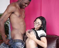 Zorra asiática prueba el rabo de un negro muy dotado