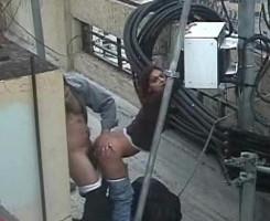 La cámara de seguridad de la azotea los pilla follando