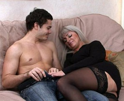Milf rusa invita a su joven amante a pasar un buen rato