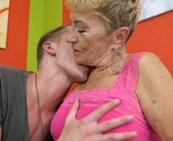 Su abuela le paga el arreglo del aire acondicionado con sexo