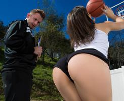 El entrenador de baloncesto sucumbe ante semejante culazo