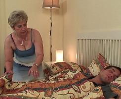 Despierta de la siesta con su suegra comiéndole la polla