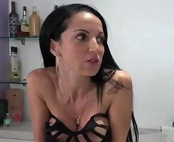 Milf brasileña invita a su amigo a probar su coño en casa