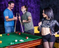 Holly Hendrix gana al billar y se folla a dos chicos sobre la mesa