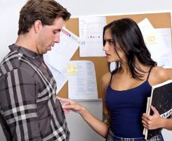 Colegiala latina seduce al nuevo profesor en clase