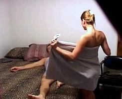 Novia cachonda le pide sexo sin saber que una cámara les graba