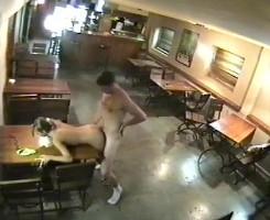 La cámara del restaurante pilla a una pareja follando duro