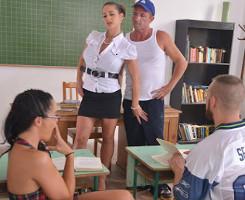 La profesora de educación sexual acaba organizando una orgía