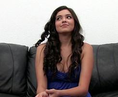 Sexy latina acude a un casting y deja que le abran el culo