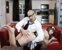 Sirvienta sumisa se lleva un castigo en forma de azotes y sexo