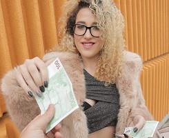 Turista española se deja follar en público a cambio de pasta