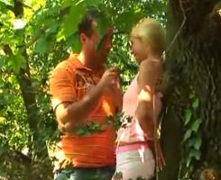 Rubia virgen se estrena en el bosque con un desconocido