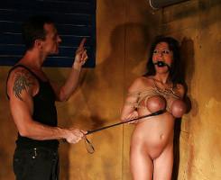 Tetona sumisa se deja amordazar por su amo y recibe un polvazo