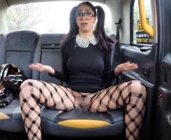 Julia de Lucía paga al taxista dejándose follar en el coche