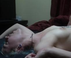 Emo tatuada usa una cámara para sus polvetes en casa