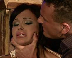 Recibe un castigo de su marido por flirtear con otro en sus narices