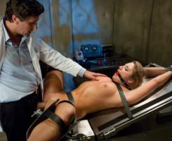El doctor azota su trasero y lo penetra a fondo en su consulta