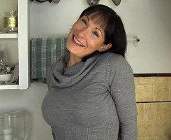 Graba a su esposa tetona mientras se masturba en la cocina