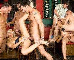 Pagan la propina de las camareras con una orgía brutal