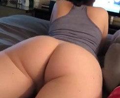 Luce sus nalgas desnudas y le pide sexo a su chico en la cama