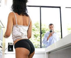 Estudiante mulata seduce al padre de su amiga en la cocina