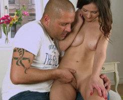 Morena tímida se estrena con su chico y disfruta como nunca