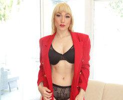 Lily Labeau seduce a su cliente hasta follárselo en el sofá