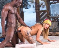 Olvida el esquí y se folla al novio mulato de su mejor amiga