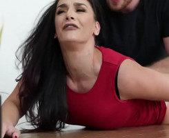 Milf sumisa grita con la follada que le mete su marido