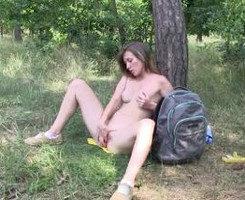 Se desnuda en el bosque hasta masturbarse con sus dedos