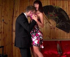 Coge a su novia japonesa y le abre el culito sin piedad