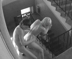 La cámara de seguridad les pilló follando en las escaleras